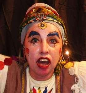 """Como Gipsy, a cigana, durante uma performance. Gipsy nasceu em 1996 no espetáculo  """"O Romance do Pavão Mysteriozo"""", dirigido por Marcos Bulhões. Depois criou vida prória e saiu aprontando por aí."""