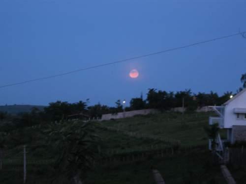 Cheguei no dia 9 de abril, quinta-feira, à tardinha, e fui logo recepcionada por uma Lua Cheia, igual àquelas da minha infãncia, parecendo um queijo-do-reino, de tão amarelinha.