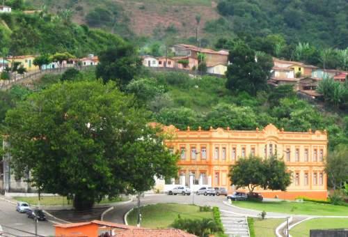 Antigo convento das Irmãs Dorotéias, cendo-se também um monumental ficus, árvore que deve estar ali há ´decadas, símbolo da pujança vegetal da região.
