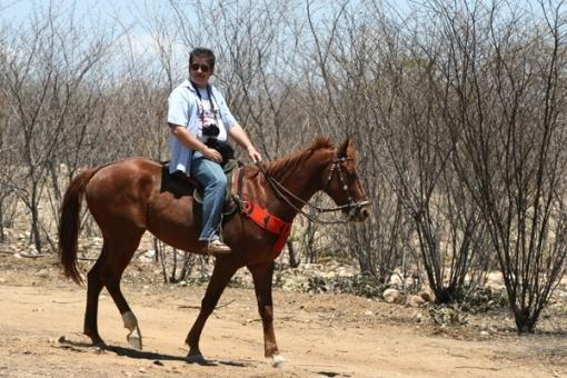 E finalmente o fotógrafo, bonitão e atrevido, brincando de vaqueiro, se arriscando no meio da jurema.