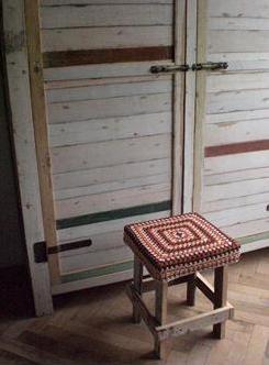 Restos de lã coloridda e um crochê básico para cobrir o banquinho,
