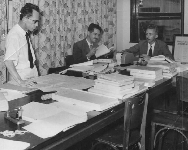 Os jornalistas Nilo Tavares (meu pai) e Epitácio Soares, e o professor Stenio Lopes, em plena atividade na Federação das Indústrias do estado da Paraíba, onde Papai era o chefe da secretaria.