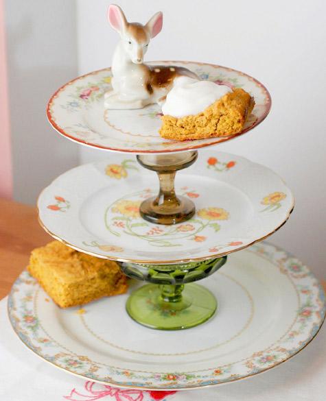 Não tem prato adequado para servir o bolo e os docinhos? Improvisa!