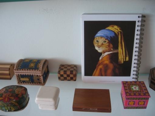 """A """"Moça com Brinco de Pérola"""" e parte da minha coleção de caixinhas."""
