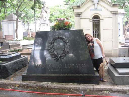 Túmulo de Monteiro Lobato, no cemitério da Consolação, em São Paulo. Foto de novembro de 2007.