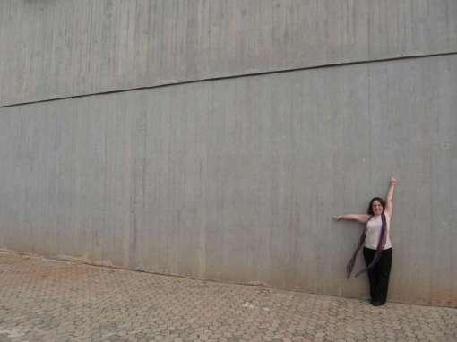 Eu e o paredão do centro Cultural do Banco do Brasil em Brasília. A foto é de Sandro fortunato, a pose pe minha. Novembro de 2006.