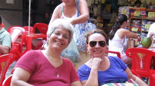 Regina Cascão e esta blogueira, ontem no Mercado de Artesanato, botando os assuntos em dia e satisfeitas que só um vintém na bacia dum cego.