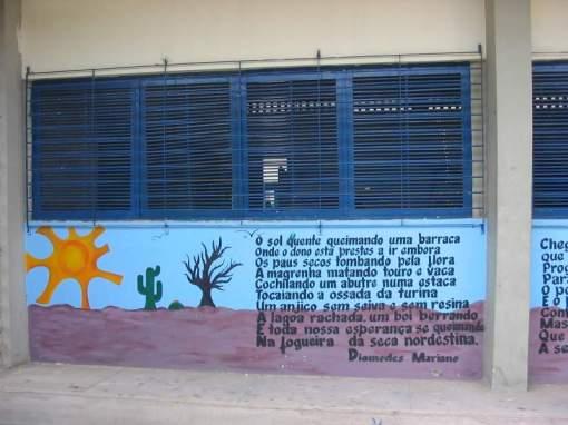 Escola publica em Afogados da Ingazeira-PE. Todas as paredes do pátio interno têm poemas dos poetas locais. O segredo da educação: arte, responsabilidade e consciência social fomentada entre os alunos.
