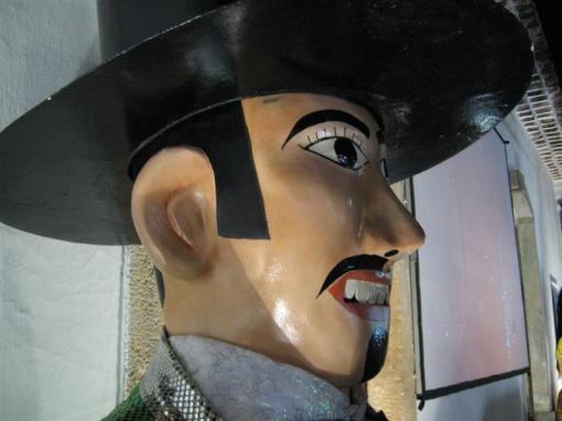 """""""É o Homem da Meia-Noite que vem, vestindo fraque e colete, gigantes pernas de pau, sorrindo na multidão, com riso de manequim..."""" Boneco gigante do Carnaval de Olinda."""