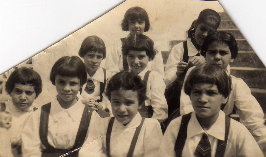 O ano é 1956. Eu sou a dentucinha do meio, na segunda fila, interna no Colégo Nossa Senhora do Bom Conselho, em Bom Conselho, agreste de Pernambuco, a 40 km de Garanhuns.