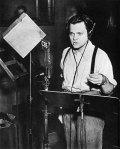 Orson Welles dramatiza A Guerra dos Mundos.