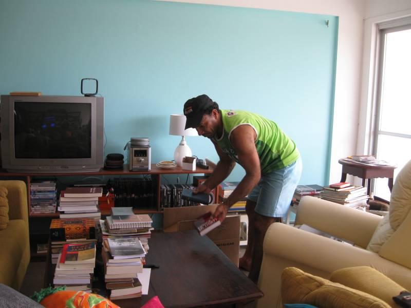 Batista, que pintou o partamento, trocu as portas, instalouar condicionado e máquina de lavar, revisou todas as torneiras e sifões, pendurou as cortinas do quarto e me ajudou a tirar os 1.800 livros das caixas. É o Faz-Tudo mais Faz-Tudo que já conheci.