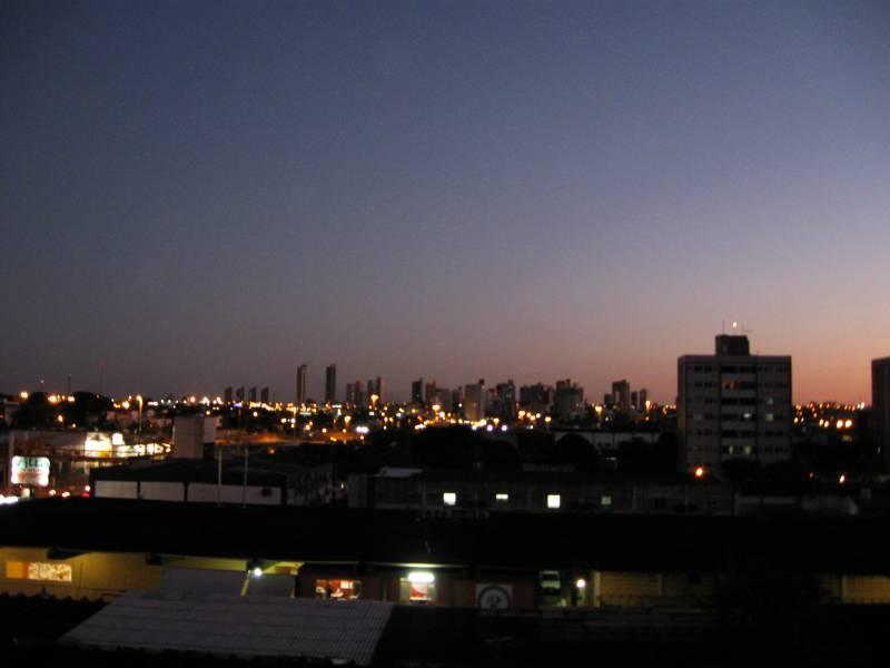 A tarde cai, a noite vem, e da janela da area de serviço, voltada para o Sudoeste, vejo o belo céu de Natal. Essa janela fica na direção do Machadão e do Natal Shopping.