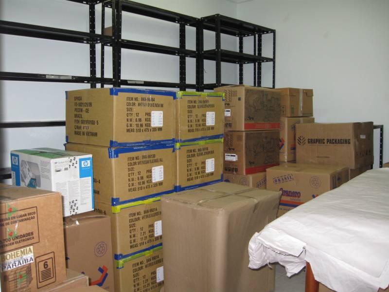 E as estantes, vazias dos 1.800 livros, que jazem nas caixas, prontos para viajar.