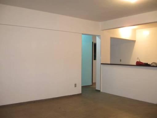 Agora a visão contráeria, da cozinha americana e a parede azul que dá entrada à área do unico quarto e único banheiro (quanto menos melhor, pois limpa-se mais rápido).