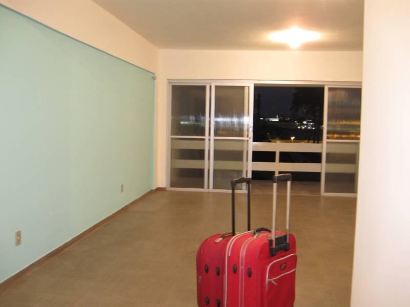 Chegando no apartamento, com a parede verde/azul esperando meus quadros, a grande sala e depois a varanda.