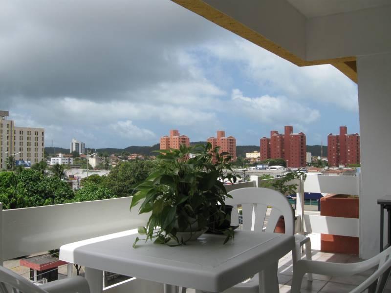 Almoço nesta mesinha da varanda, vendo ao longe as dunas e logo na esquina o movimento da Av. Salgado Filho.