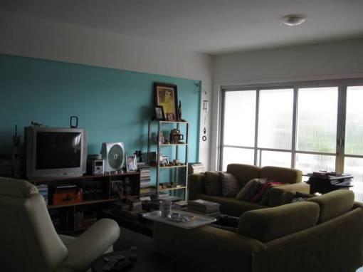 Outra visão da sala, com a parede azul e a grande porta de vidro de seis painéis, quase cinco metros de extensão que eu estou dando tratos à bola para encontrar um modelo de cortina que eu goste e que eu possa comprar.